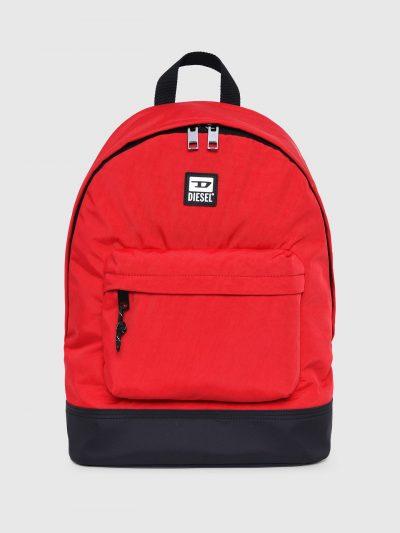 תיק גב בצבע אדום מניילון באפקט מכובס בגזרה מעוגלת קלאסית וכיס קדמי גדול. פאץ׳ לוגו המותג מקדימה.