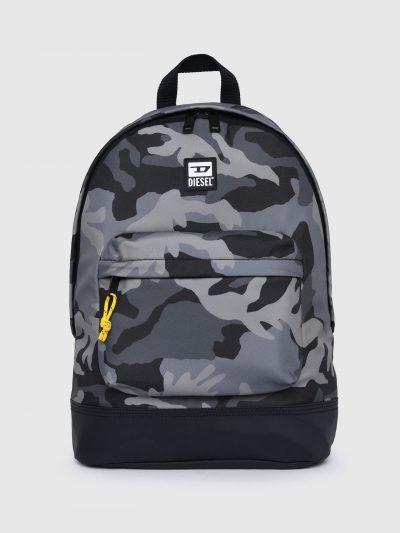 תיק גב עם הדפס צבאי בצבעים אפור ושחור בגזרה מעוגלת קלאסית וכיס קדמי גדול עם שרוך צהוב. פאץ׳ לוגו המותג מקדימה.