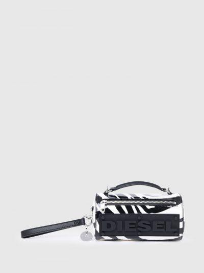 תיק צד בצבעים שחור ולבן ובמראה זברה בצורת גליל ועם סגירת רוכסן. לתיק פאץ' גומי תחתון, גדול ותלת מימדי של לוגו המותג. רצועת הבד המתכווננת ניתנת לנ