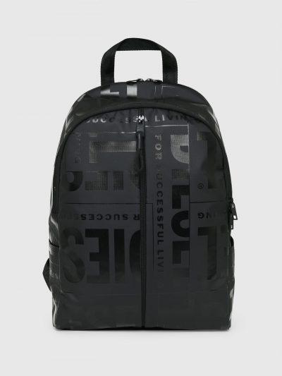 תיק גב בצבע שחור עם סגירת רוכסן כפולה וכיסים מרובים. התיק עשוי בטכנולוגיית ציפוי וליטוש הבד מה שמקנה לו את המראה הייחודי. הדפסים מבריקים של לוגו
