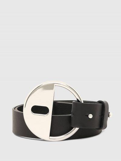 חגורת עור חלקה ומתכווננת בצבע שחור עם אבזם מתכת גדול בצבע כסוף וסוגר עם חריטת לוגו המותג.