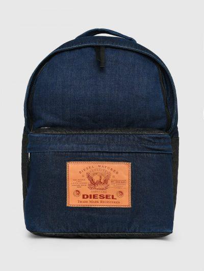 תיק גב מג'ינס בשני גוונים של כחול עם פאץ' עור גדול בצבע חום על התא הקדמי, עליו מוטבע לוגו המותג. תיפורי זיג-זג ולולאות מתכת משלימים את המראה הייח
