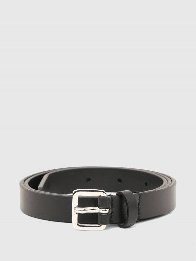 חגורה דמוי עור בצבע שחור. בסיומת החגורה משולב לוגו המותג ממתכת. אבזם החגורה מרובע ובצבע כסוף.