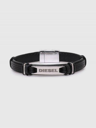 צמיד עור בצבע שחור הנסגר בתופסן מתכת כסוף וכולל לוחית מתכת כסופה עם הטבעת לוגו המותג.