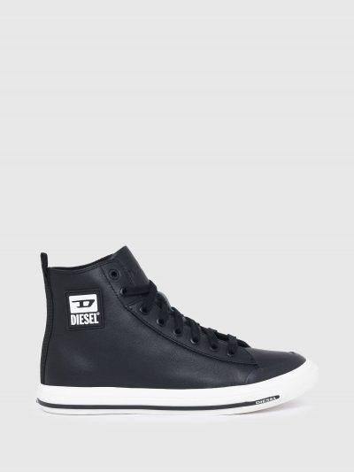 סניקרס בגזרה גבוהה ובצבע שחור. חלקן העליון עשוי מעור והסוליה מגומי. בצידי הנעל, פאץ' לוגו המותג ועל הלשון מוטבע לוגו המותג.