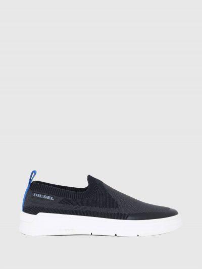 סניקרס בצבע שחור ובגזרת גרב נמוכה. חלקן העליון סרוג בשיטות סריגה שונות והסוליה מגומי. לנעל לשונית אחורית בצבע כחול ופאץ' לוגו בצד הנעל.