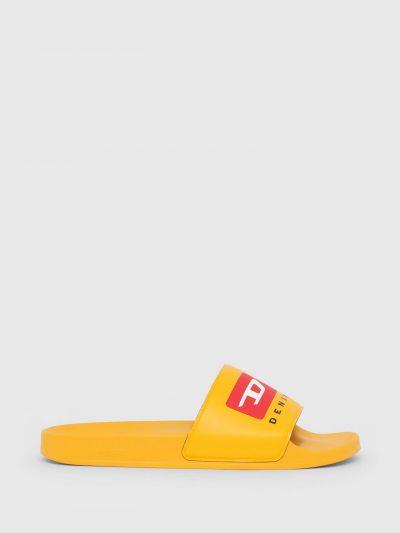 כפכפי גומי בצבע צהוב עם הדפס לוגו חתוך.
