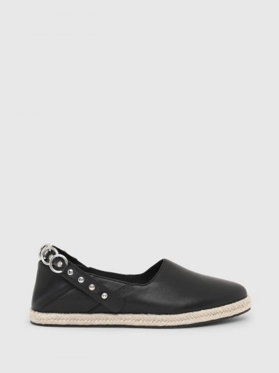 נעלי עור ללא שרוכים בצבע שחור ועם סוליית חבל חומה ובשילוב גומי. הדגם כולל רצועת עור ועליה לולאות מתכת, הניתנת לניתוק ולחיבור במספר דרכים.