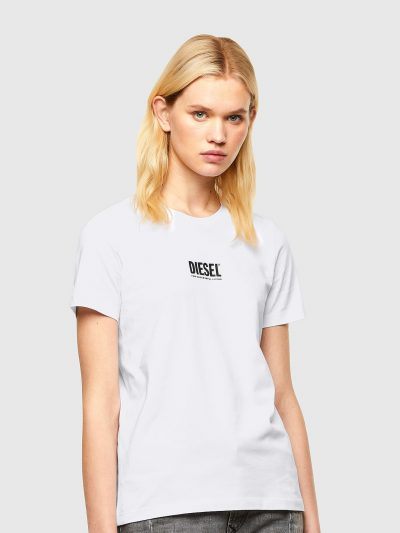 טישרט שרוול קצר בגזרה צרה ובצבע לבן עשויה כותנת ג'רזי משובחת. על החזה הדפס לוגו המותג בצבע שחור.