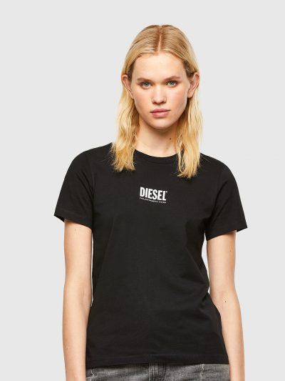טישרט שרוול קצר בגזרה צרה ובצבע שחור עשויה כותנת ג'רזי משובחת. על החזה הדפס לוגו המותג בצבע לבן.