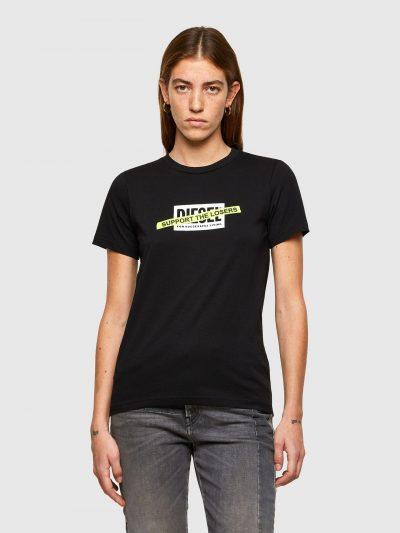 טישרט שרוול קצר בגזרה צרה בצבע שחור עשויה כותנת ג'רזי משובחת. על החזה הדפס מלבני של לוגו המותג ועליו פאץ' מלבני צר בצורה אלכסונית בצבע צהוב ניאון