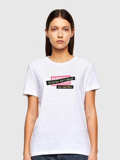 טישרט שרוול קצר בגזרה צרה בצבע לבן עשויה כותנת ג'רזי משובחת. על החזה הדפס מלבני של לוגו המותג, ועליו שני פאצ'ים מלבניים וצרים בצורה אלכסונית עם ה