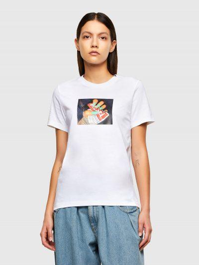 טישרט שרוול קצר בגזרה צרה ובצבע לבן עשויה כותנת ג'רזי משובחת. על החזה הדפס מרובע עם תמונה של יד עם ציפורניים בצבע טורקיז המקמטת תוית לוגו המותג ע