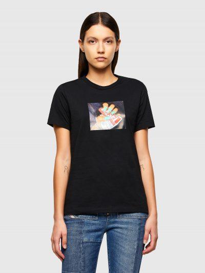 טישרט שרוול קצר בגזרה צרה ובצבע שחור עשויה כותנת ג'רזי משובחת. על החזה הדפס מרובע עם תמונה של יד עם ציפורניים בצבע טורקיז המקמטת תוית לוגו המותג
