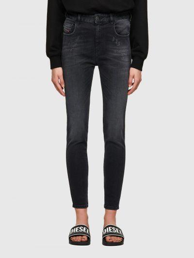 ג'ינס בגזרה גבוהה סופר סקיני (הגזרה הצרה ביותר בהיצע), בצבע שחור/אפור עם קרעים ותיפורים בחלק העליון הקדמי באורך קרסול ובסגירת רוכסן. המכנס עשוי מ