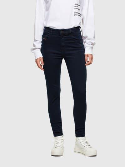 ג'ינס בגזרה גבוהה, סופר סקיני (הגזרה הצרה ביותר בהיצע), בצבע כחול כהה באורך קרסול, בסגירת רוכסן.המכנס עשוי מבד אלסטי גמיש וחזק ששומר על צורתו המ