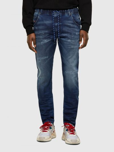מכנס ג'וג בגזרה צרה בצבע כחול משופשף עם קרעים רוחביים סגורים בשילוב חגורת מותן אלסטית ושרוך. המכנס הוא שילוב ייחודי וראשון מסוגו המשלב תפירה בצור