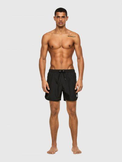 בגד ים אורך בינוני בצבע שחור עם חגורת מותן אלסטית ושרוכים בצבע שחור עם סיומת מתכתית. כיס אחורי הנסגר בסקוץ' ועליו פאץ' גומי עם לוגו המותג. על רגל