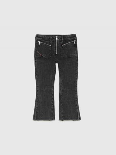 מכנסי ג'ינס בגזרת מותן רגילה, מתרחב (צמוד על הירך, מתרחב מהברך מטה), בצבע אפור כהה, בסגירת רוכסן. לג'ינס, כיסים מרובעים קדמיים עם סגירת רוכסנים.