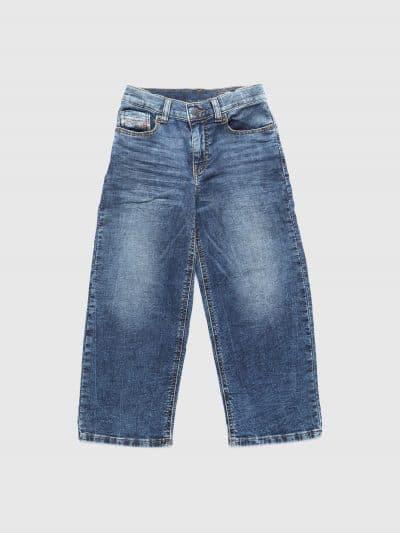 המכנס הוא שילוב ייחודי לדיזל וראשון מסוגו, המשלב תפירה בצורת שתי וערב של שני סוגי בד- פוטר ודנים, לנוחות מירבית. הוא בגזרת מותן אמצע, ישר ומתרחב (צמוד על המותן ומתרחב מהירך מטה), בצבע כחול, בסגירת רוכסן.על החגורה מאחור, פאץ' עור עליו מוטבע לוגו המותג להשלמת המראה.