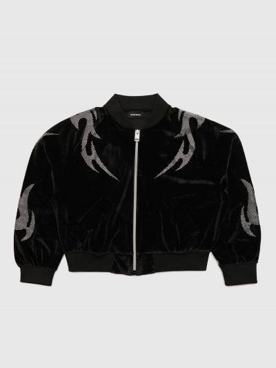 ג׳קט בצבע שחור מבד קטיפה בגזרה רגילה קצרה ובסגירת רוכסן. שני כיסים בצידי הג׳קט. על הג׳קט משובצים מיקרו-ניטים כסופים במוטיב של שנות ה 90׳ ובגב הני