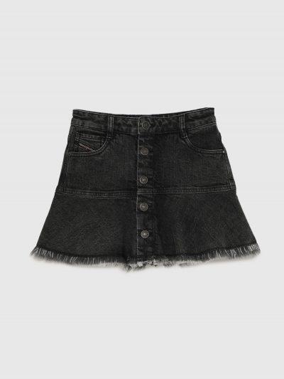 חצאית ג׳ינס בצבע אפור כהה בשטיפת וינטג׳ ובגזרת מיני. החצאית נסגרת עם כפתורים בצבע נחושת / שחור לכל האורך, וכוללת מכנסון פנימי הנסגר ברוכסן, לכיסו
