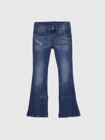 מכנס ג'ינס כחול בגזרת מותן נמוכה, מתרחב (צמוד על הירך, מתרחב מהברך מטה), בסגירת רוכסן. על החגורה מאחור פאץ' עור עליו מוטבע לוגו המותג להשלמת המרא