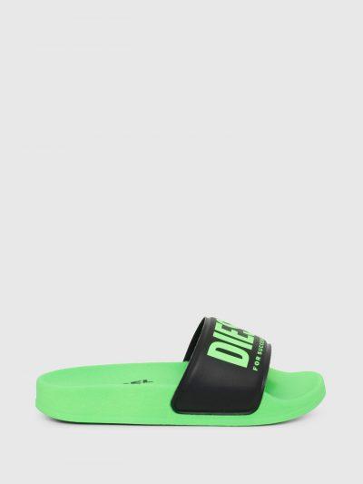 כפכפי גומי בצבע ירוק זרחני עם הדפס לוגו בצבע ירוק ירוק זרחני על רקע שחור.