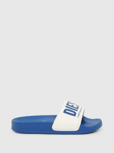 כפכפי גומי בצבע כחול עם הדפס לוגו בצבע לבן על רקע כחול.