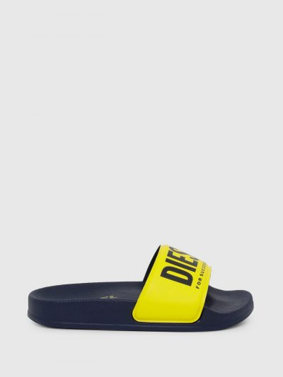 כפכפי גומי בצבע שחור עם הדפס לוגו בצבע שחור על רקע צהוב.