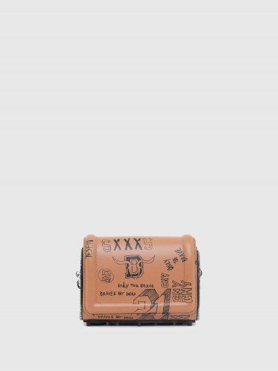 תיק עור בצבע חום בסגירת מגנט ובגזרת תיק צד. לכל אורך התיק הדפסים בצבע שחור של לוגו המותג וסלוגנים של קולקציית הקפסולה הייחודית. לתיק רצועת שרשרת