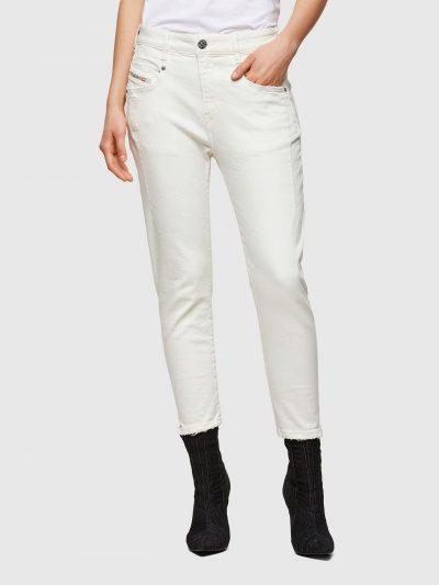המכנס בגזרת מותן רגילה, בויפרנד (צללית מעט מרושלת, סיומת רגל מעוקלת שמצטמצמת על הקרסול), בצבע לבן עם קצוות פרומים ובסגירת רוכסן.על החגורה מאחור