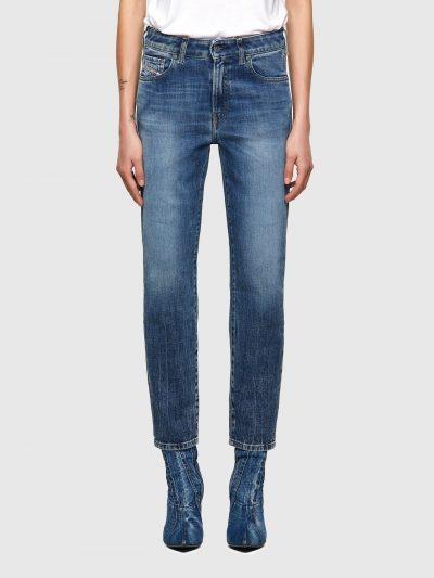 ג'ינס בגזרה גבוהה, צר (לא סקיני), בצבע כחול, בסגירת רוכסן.המכנס מעניק מראה קלאסי וטרנדי כאחד. על החגורה מאחור, פאץ' עור עליו מוטבע לוגו המותג לה