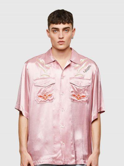 חולצת סאטן מכופתרת קצרה בצבע ורוד בגזרה משוחררת ובסגירת כפתורים עם שני כיסים קידמיים הנסגרים בכפתור ועם הדפס ורקמה צבעוניים של לוגו המותג.