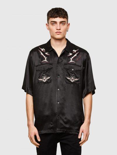 חולצה מכופתרת קצרה מסאטן בצבע שחור בגזרה משוחררת ובסגירת כפתורים עם שני כיסים קידמיים הנסגרים בכפתור ועם הדפס ורקמה צבעוניים של לוגו המותג.