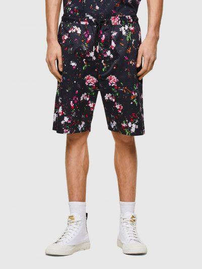 מכנסי בד קצרים בצבע שחור עם הדפס פרחוני בגזרה רגילה ובאורך הברך. למכנסיים חגורת מותן אלסטית עם שרוכים בסיומת מתכתית. שני כיסים צידיים ושניים אחור
