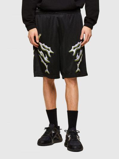 מכנסי רשת קצרים בצבע שחור בגזרה רגילה ובאורך הברך. למכנסיים חגורת מותן אלסטית עם שרוכים. שני כיסים צידיים והדפסי לוגו המותג.