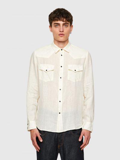 חולצה מכופתרת עם שרוול ארוך בצבע קרם מבד פשתן בגזרה רגילה בסגירת כפתורי לחיצה ושני כיסים על החזה הנסגרים בכפתורי לחיצה. פאץ' 'מוהוק' בצד התחתון ה