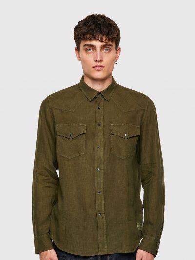 חולצה מכופתרת עם שרוול ארוך בצבע ירוק זית מבד פשתן בגזרה רגילה בסגירת כפתורי לחיצה ושני כיסים על החזה הנסגרים בכפתורי לחיצה. פאץ' 'מוהוק' בצד התח