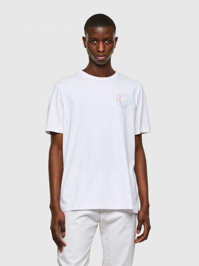 טישרט שרוול קצר בגזרה רגילה בצבע לבן עשויה כותנת ג'רזי משובחת וקלה. על החזה והגב הדפסים גרפיים צבעוניים.