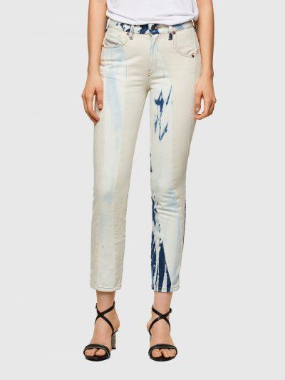ג'ינס בגזרה גבוהה, צרה (לא סקיני), בצבע לבן עם שטיפות 'טאי דאי' כחולות וייחודיות, בשילוב בדים בתבניות המחמיאות לגוף, בסגירת רוכסן. על החגורה מאחו