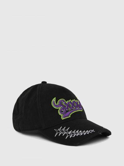 כובע מצחיה בצבע שחור עשוי מכותנת טוויל רכה. על הכובע, כיתובי לוגו לבנים וצבעוניים, רקומים בתלת מימד ועיטורי רקמה של כוכבים.