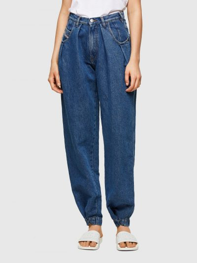 מכנס ג'ינס בגזרת מותן רגילה מעט גבוהה, בויפרנד במראה וינטג', בצבע כחול קלאסי ובסגירת רוכסן. מתחת לכיסים הקדמיים עטורי מתכת כסופים והרגליים עם סיו