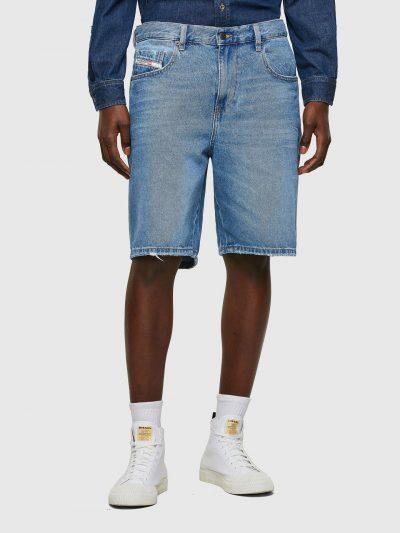 ברמודת ג'ינס בצבע תכלת קלאסי מבד כותנה. הגזרה היא סלים, באורך הברך עם קצוות פרומים ובסגירת רוכסן. על הכיס האחורי הימני רקמת האות D ועל החגורה מאח