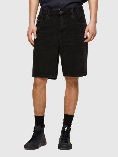 ברמודת ג'ינס בצבע שחור עם קרעים סגורים באיזור הכיסים הקדמיים והאחוריים ומבד כותנה. הגזרה היא סלים, באורך הברך ובסגירת רוכסן. על הכיס האחורי הימני