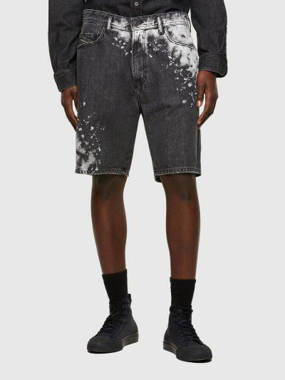 ברמודת ג'ינס בצבע אפור כהה עם התזות צבע לבן להשלמת המראה הייחודי. הגזרה היא סלים, באורך הברך ובסגירת רוכסן. על הכיס האחורי הימני רקמת האות D ועל