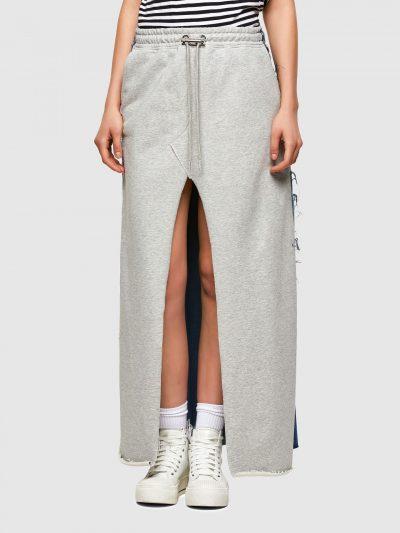 חצאית ארוכה בשילוב בד ג'ינס כחול וטרנינג אפור, בגזרה משוחררת ועם חגורת מותן קדמית אלסטית ושרוכים מתכוונים. לחצאית שני כיסים צידיים ושניים אחוריים