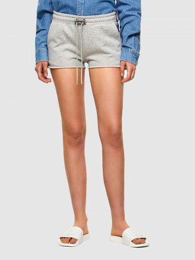 מכנס קצר בשילוב בד ג'ינס כחול וטרנינג אפור, בגזרה רגילה ועם חגורת מותן קדמית אלסטית ושרוכים מתכוונים. לשורט שני כיסים צידיים ושניים אחוריים וקצוו
