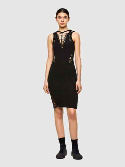 שמלת כותנה וסטרץ' בצבע שחור בגזרה צמודה וללא שרוולים. השמלה חתוכה וקלועה ומשלבת עיטורי מתכת.