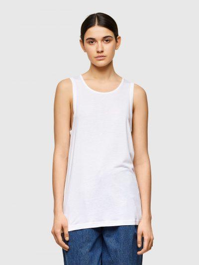 גופיה חלקה בצבע לבן בגזרה רגילה עם כתפיות עבות ופאץ' לוגו המותג בעורף בצבע סגול.